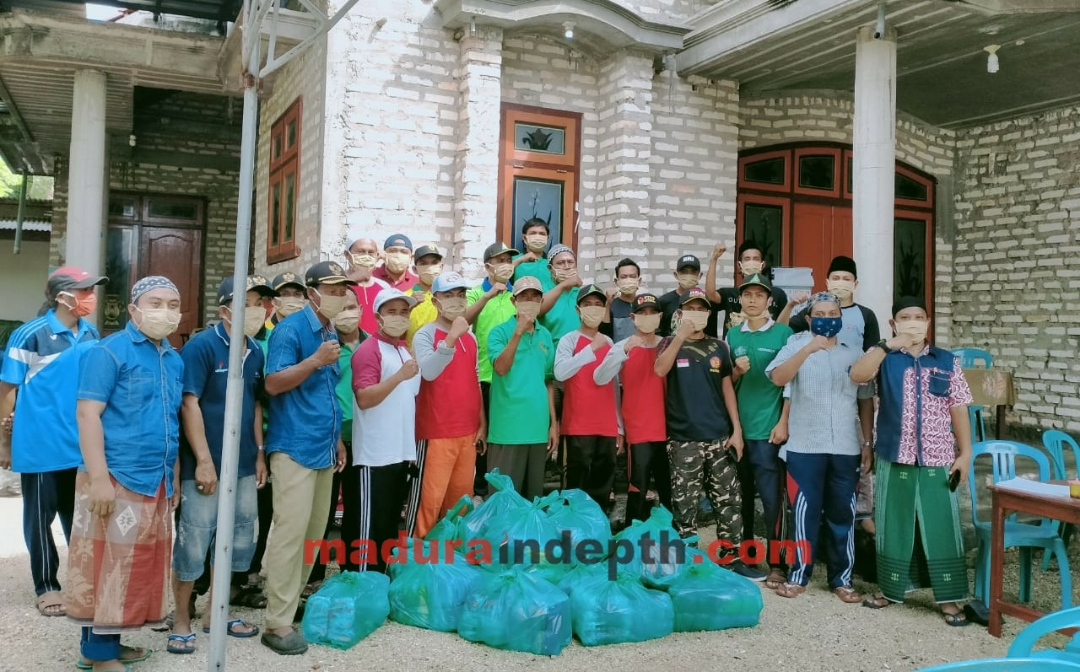 Kades Saiful Anam bersama Satgas dan relawan Covid-19 Desa Pulau Mandangin bersiap menyalurkan ribuan masker. (AW/MI)